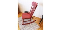 Chaise berçante rouge antique Eastern Pressback
